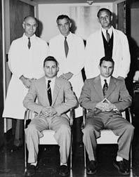 Los gemelos Herrick y el equípo médico que realizó su trasplante: Murray, Merrill y Harrinson